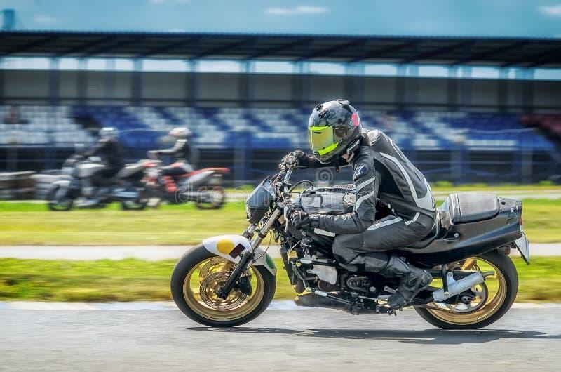 Motorracer op sportbike die in een snelle hoek op spoor leunen royalty-vrije stock foto's