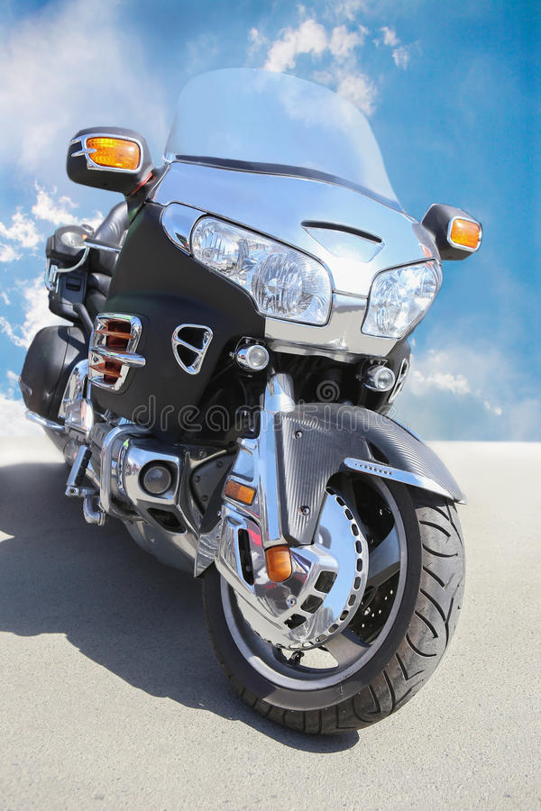 Motorrad auf Asphalt gegen den Himmel stockfotos