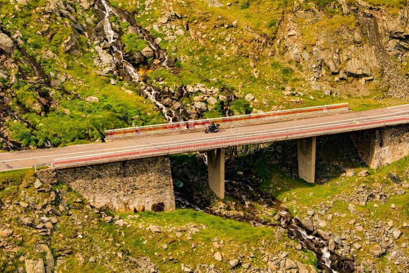 Motorrad auf einer Brücke mit Strom stockfoto