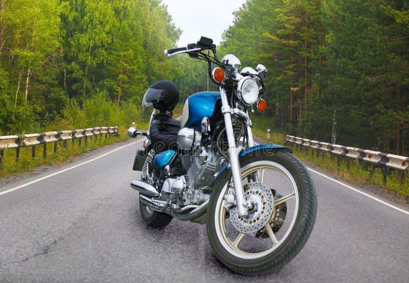 Motorrad auf Waldweg stockbilder