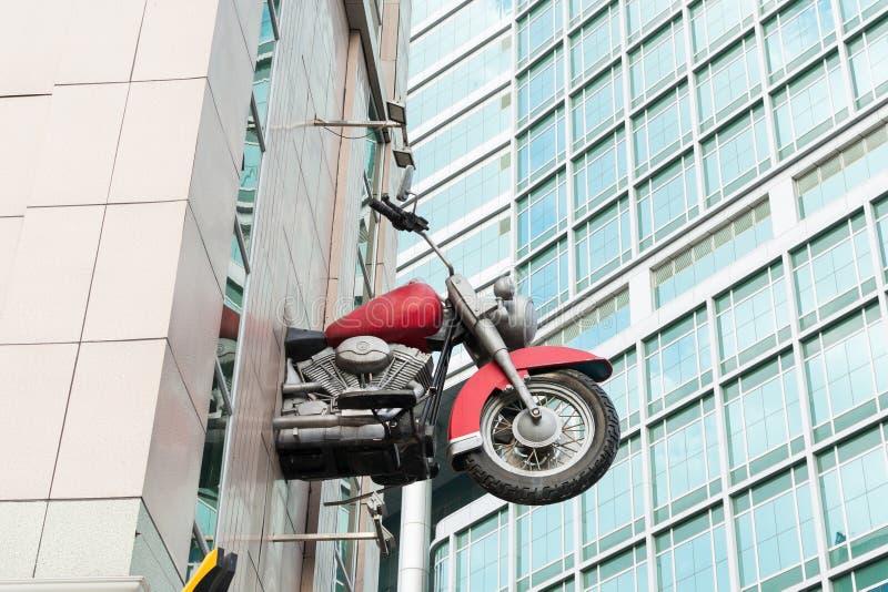 Motorrad, das heraus von einem Gebäude fliegt lizenzfreie stockfotografie