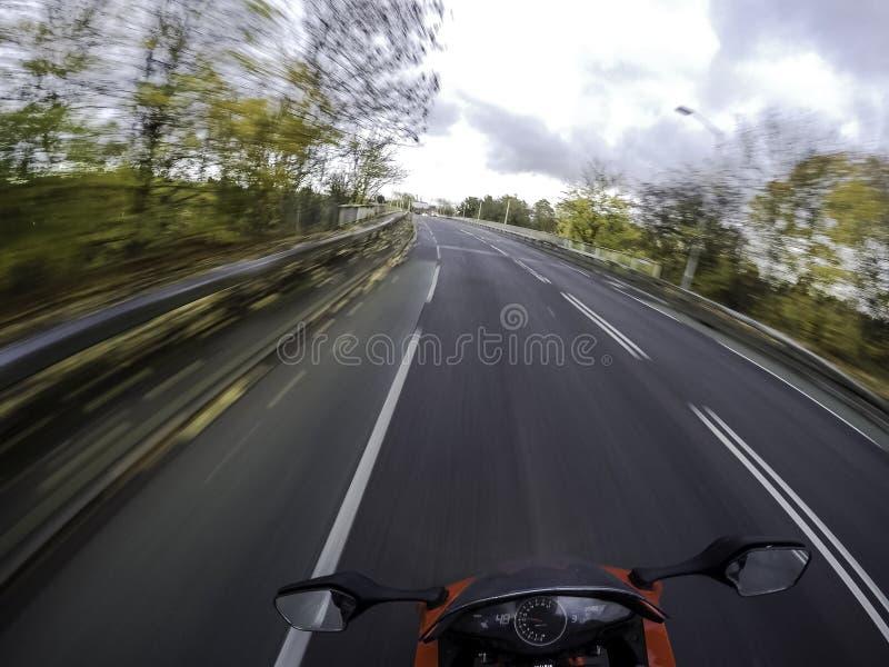 Motorrad in der Bewegung - eine Ansicht von der Reiterposition lizenzfreies stockfoto