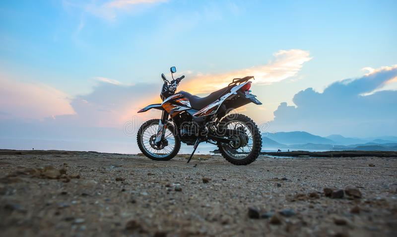 Motorrad durch das Meer stockfoto