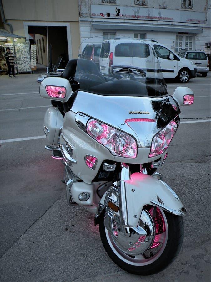 Motorrad getrennt Schwerer Motor, ein Motorrad mit offenen Lichtern, durch das adriatische Meer auf einem felsigen, mit Ziegeln g stockfoto