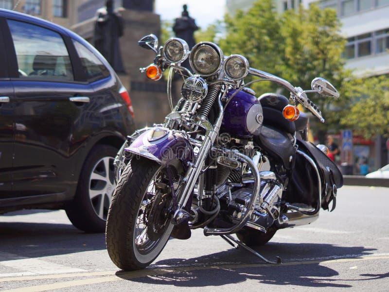 Motorrad Harley Davidson geparkt auf der Straße auf Wenceslas Square in Prag stockfotos