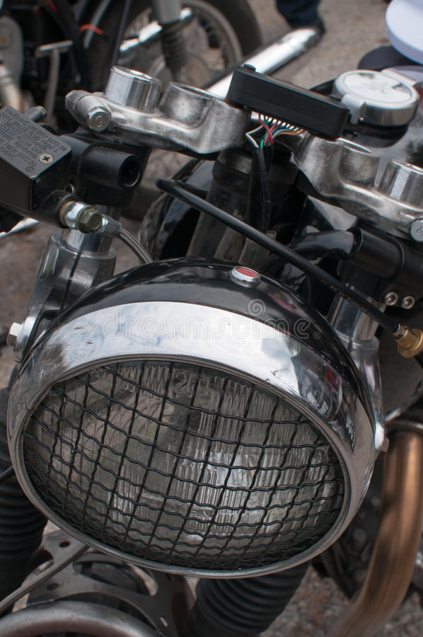 Motorrad-Scheinwerfer mit einem Grill stockbild