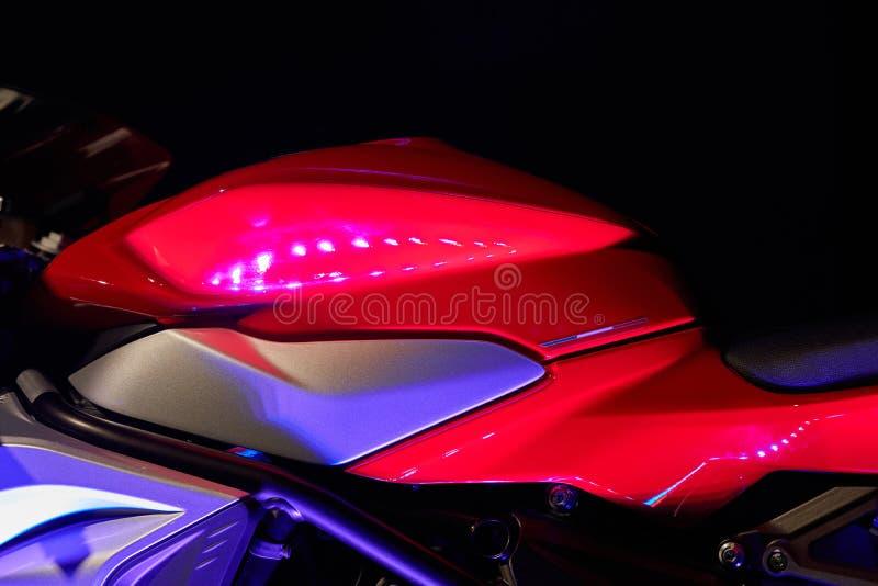 Motorrad sportbike auf einem schwarzen Hintergrund Das Vorderteil mit dem Behälter lizenzfreie stockbilder