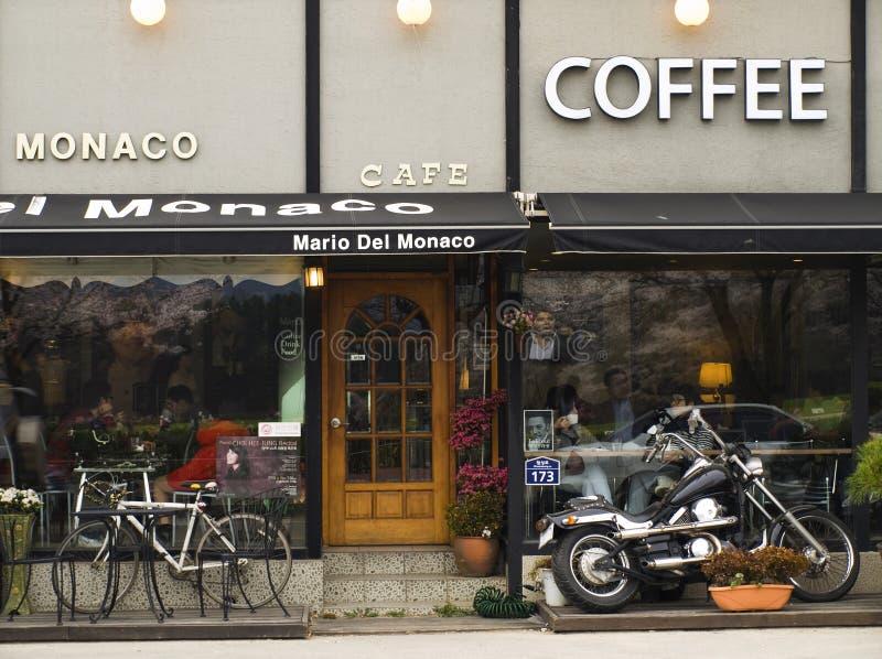 Motorrad und Fahrrad das facadewith der europäischen Kaffeestube lizenzfreies stockfoto