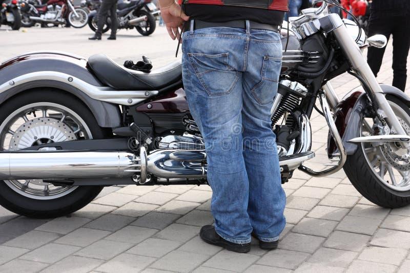 Motorrad und Radfahrer stockfotos