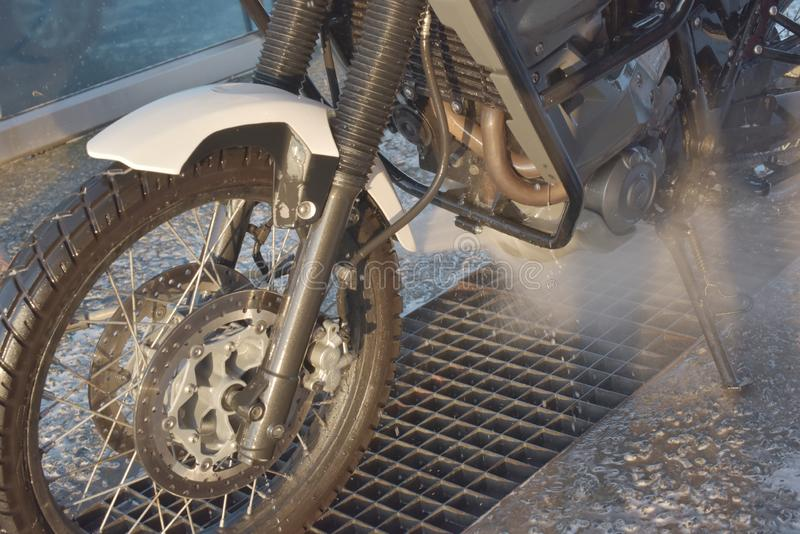 Motorrad-Waschanlage-Motorrad-große Fahrradreinigung mit Schaumeinspritzung stockfotografie