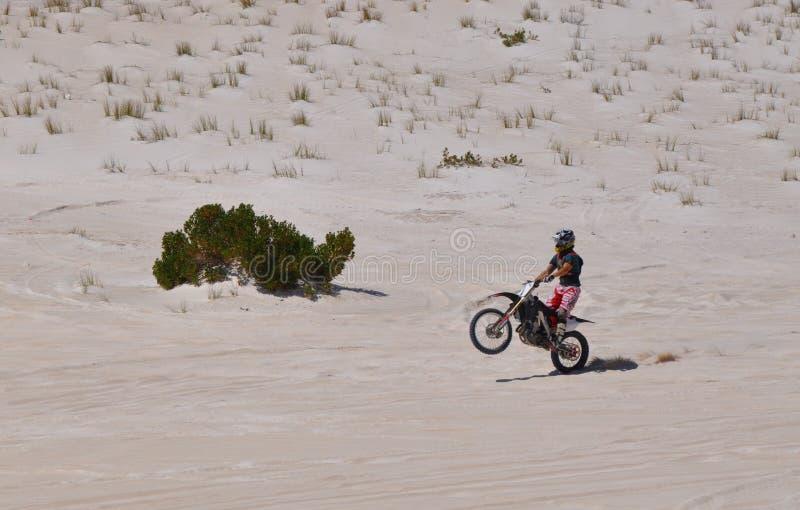 Motorrad Wheelie auf Lancelin Sand Dunes: West-Australien stockfotos