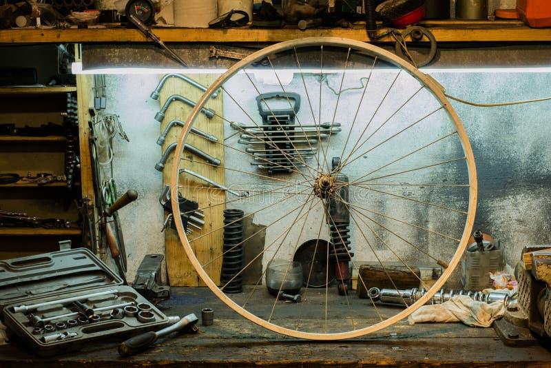 Motorrad zerteilt auf dem Desktop in der Garage lizenzfreie stockfotos
