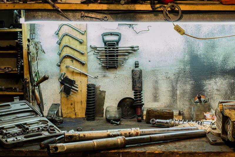 Motorrad zerteilt auf dem Desktop in der Garage stockfotografie