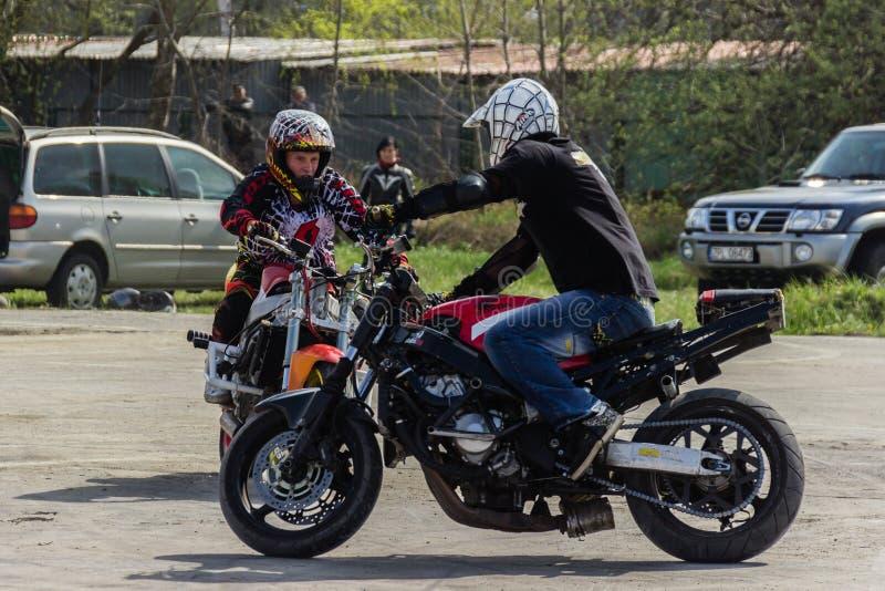 Motorradbremsungen, Zeigung in MTS Szczecin lizenzfreie stockfotos
