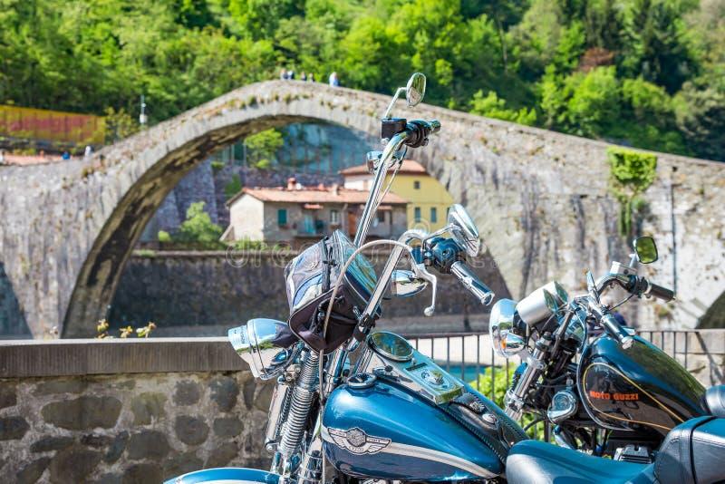 Motorradfahren an der Brücke des Teufels, Garfagnana, Lucca lizenzfreies stockbild