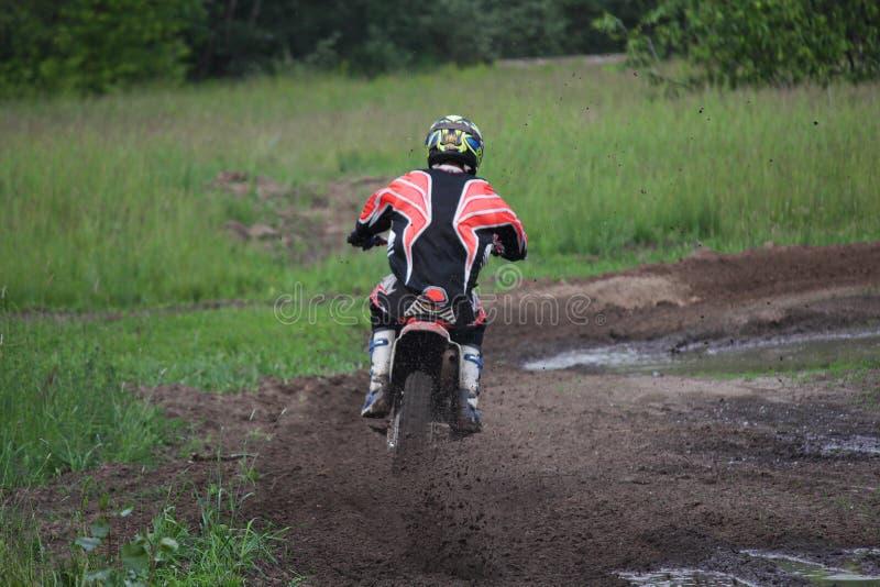 Motorradfahrer überwindt die Bahn, um im Motocross zu konkurrieren lizenzfreies stockfoto