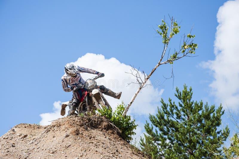 Motorradfahrer, der die Birke bricht lizenzfreies stockfoto