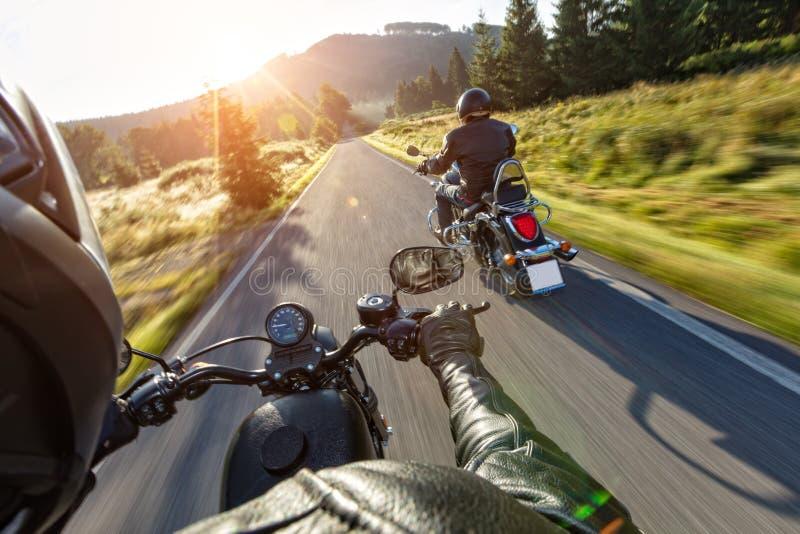 Motorradfahrer, die auf Autobahn fahren lizenzfreies stockbild