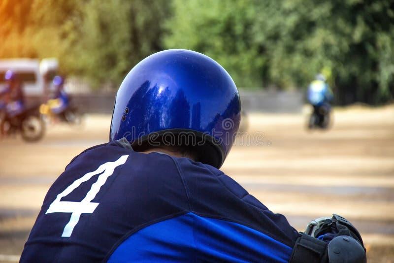 Motorradfahrer in einem Sturzhelm auf dem Hintergrund des Motorrades Wettbewerbe, Kopienraum laufend stockbild
