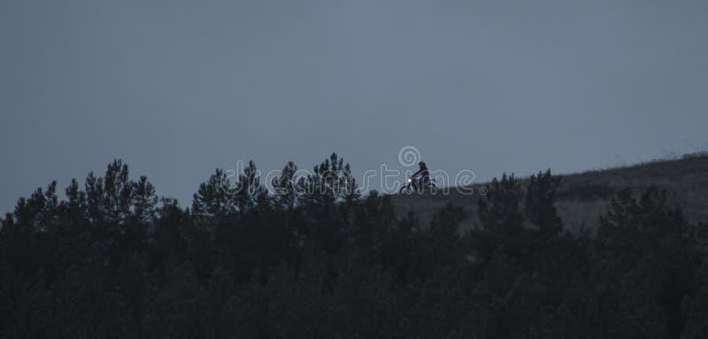 Motorradfahrerfahrten auf den Berg stockfoto