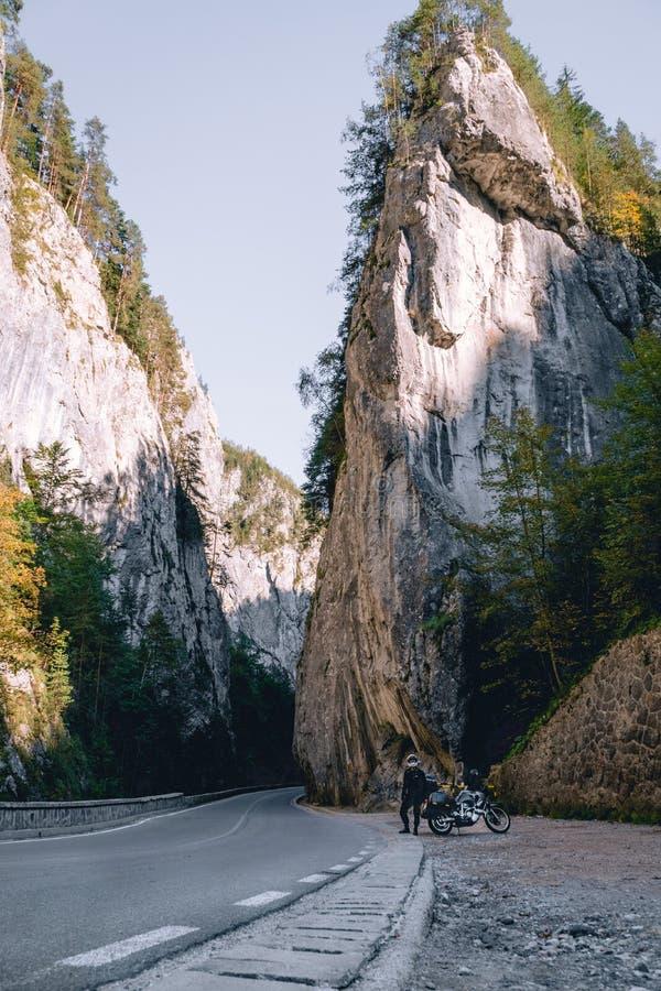 Motorradfahrermann auf Abenteuermotorrad auf Gebirgsstraße in Bicaz-Schlucht, Rumänien Tourismus- und Ferienkonzept, moto Weise, stockbild