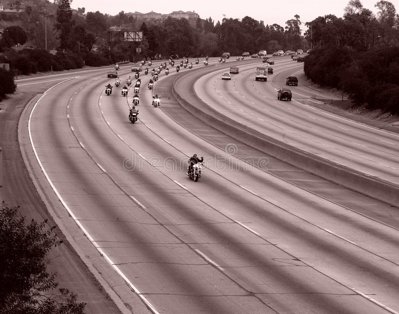 Motorradfahrt auf eine Autobahn lizenzfreies stockfoto