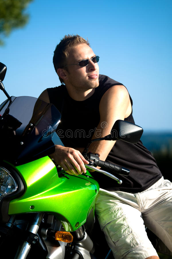 Motorradjunge lizenzfreie stockfotos