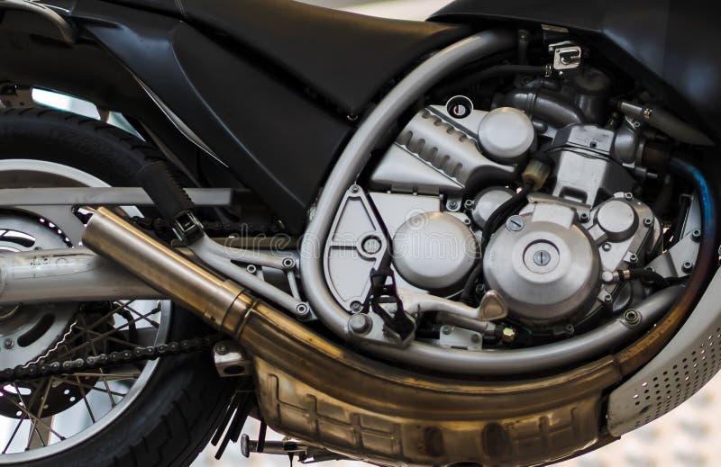 Motorradmaschine für das Laufen auf dem trac lizenzfreie stockbilder