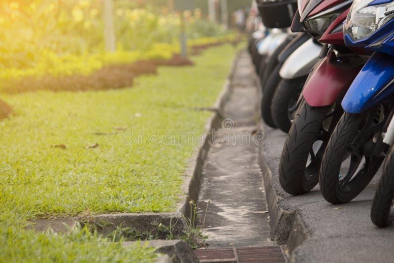 Motorradparken im Garten stockfotografie