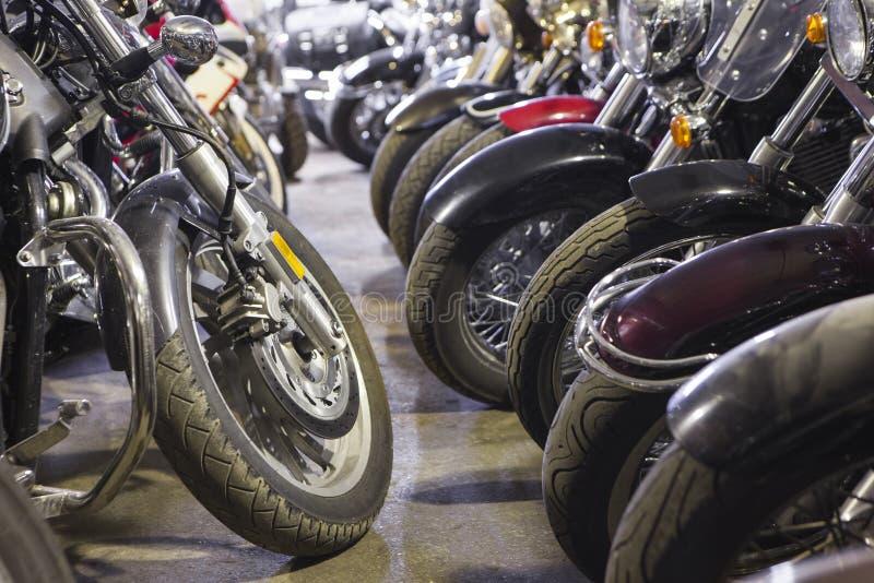 Motorradräder schließen herauf Ansicht in Lager für Fahrradverwahrung an der Wintersaison stockbilder