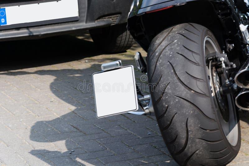 Motorradreifen und Abgasanlage stockbilder