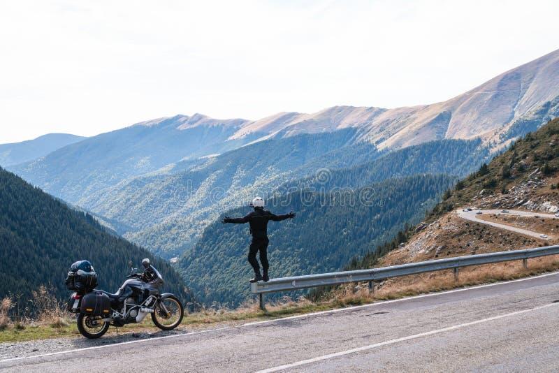 Motorradreiter genießen das momment Angehobene Arme Abenteuermotorrad auf dem Spitzenberg, enduro, weg von der Straße, schöne Ans lizenzfreies stockbild