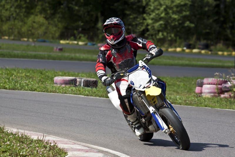 Motorradrennläufer auf Weg stockfotografie