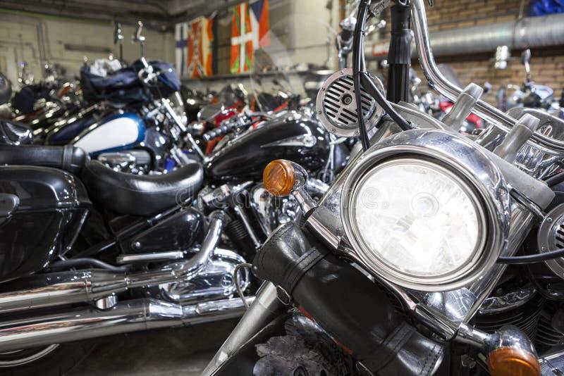 Motorradscheinwerferabschluß herauf Ansicht in Lager für Fahrrad Wintering stockbild