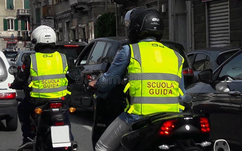 Motorradschule auf der verkehrsreichen Straße in der Stadt von Genoa Genova Italy lizenzfreie stockfotografie