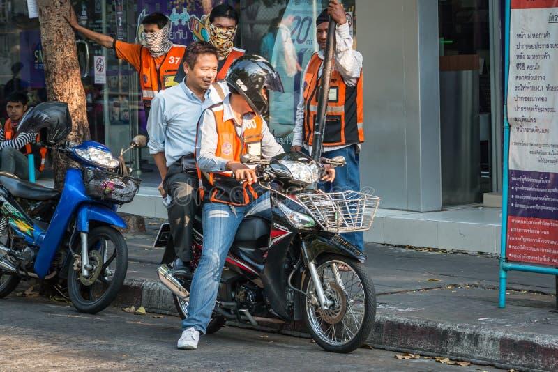 Motorradtaxiservice in Bangkok stockfotos
