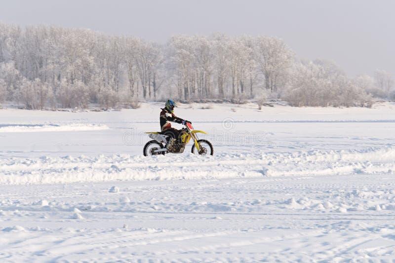 Motorrijden in de winter stock fotografie