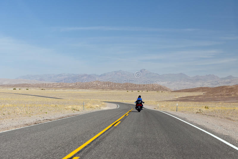 Motorrijder in de Vallei van de Dood royalty-vrije stock foto's