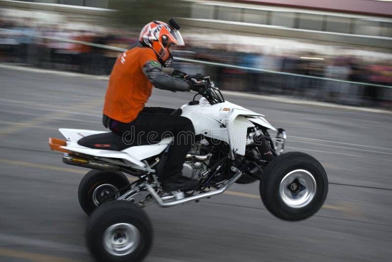 Motorrijder die extreme tribune uitvoert stock foto
