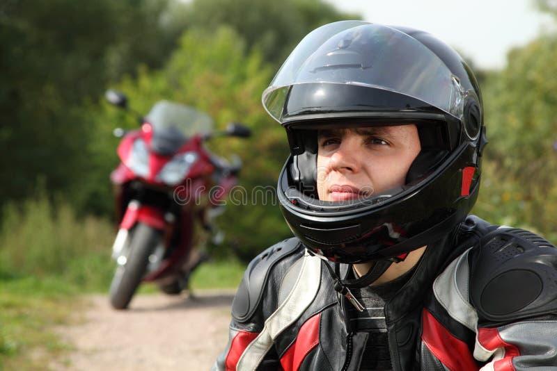 Motorrijder en zijn fiets bij de landweg royalty-vrije stock foto