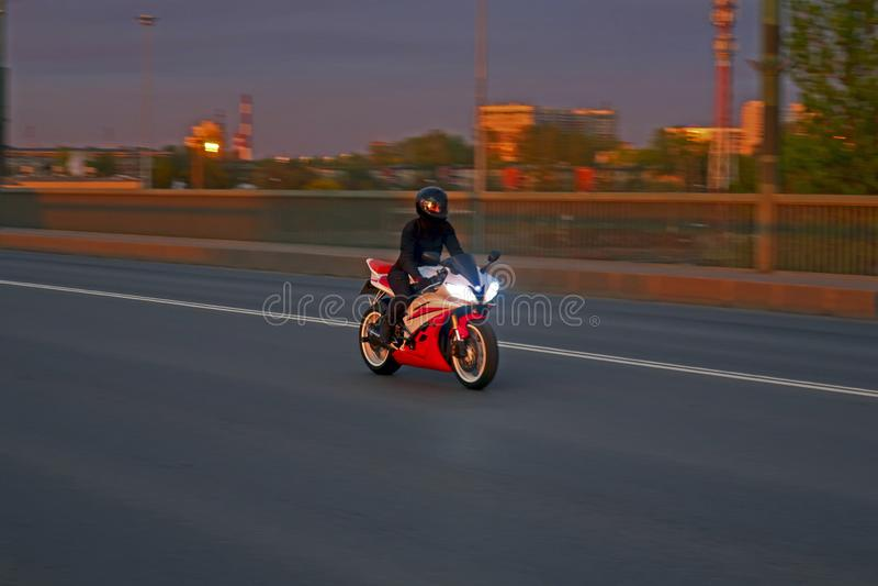 Motorrijder het berijden bij hoge snelheid over de brug stock foto's