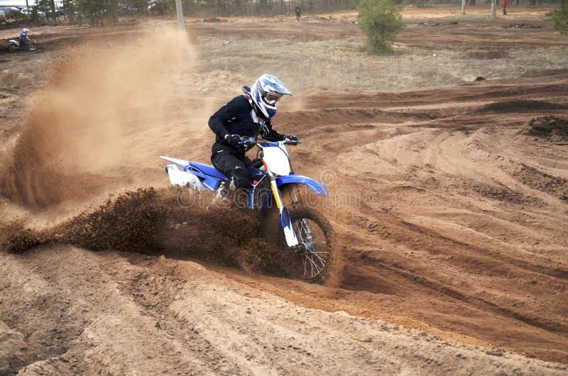 Motorrijder in het losse zand in het nauw drijven is vastgelopen die royalty-vrije stock foto