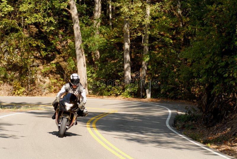 Motorrijder op een windende weg royalty-vrije stock fotografie