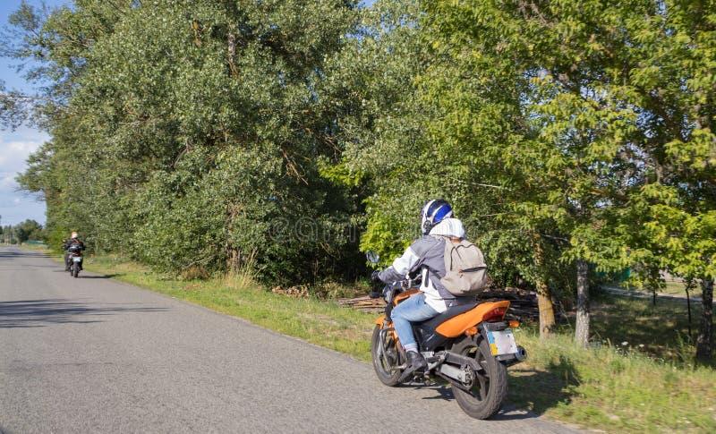 Motorrijderfietser het drijven op de weg royalty-vrije stock foto