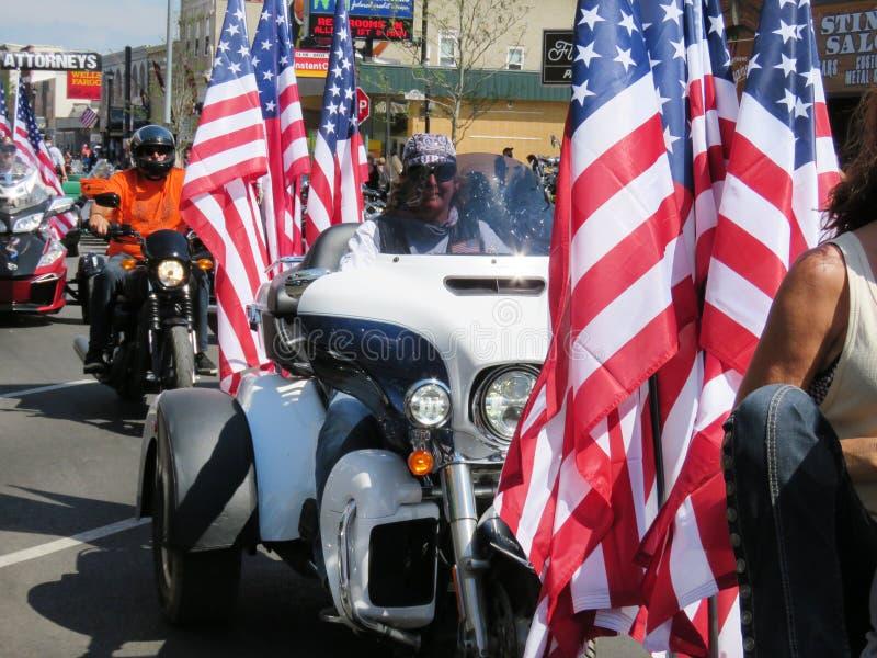 Motorrijders met Amerikaanse Vlaggen in het openen van ceremonies, Sturgis van de binnenstad, BR stock afbeelding