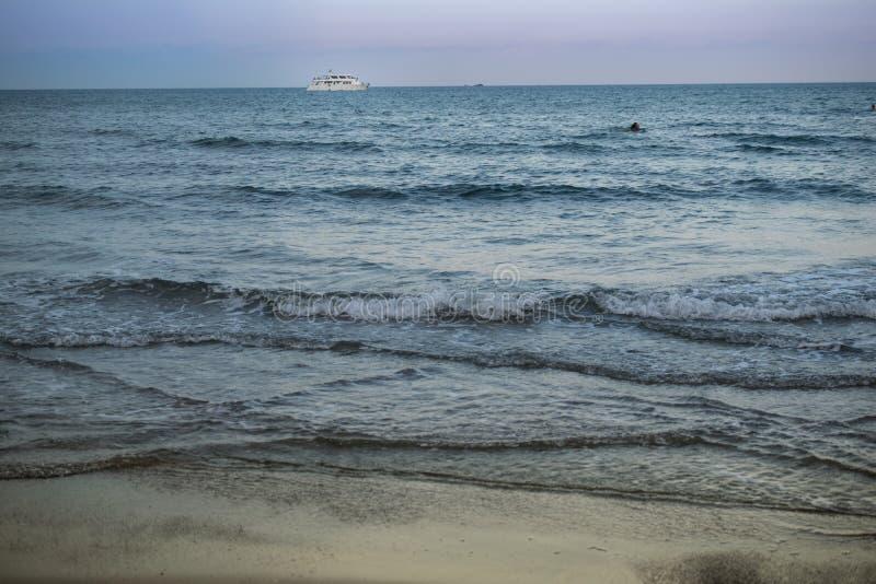 Motorschiff im Mittelmeer in Larnaka, Zypern lizenzfreie stockfotos