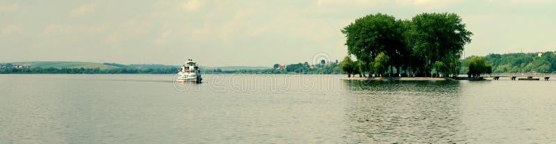 Motorship op de meren stock afbeeldingen