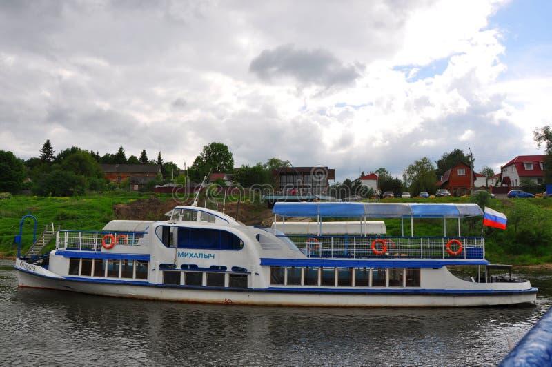 Motorship op de Oka-rivier in Tarusa, Kaluga-gebied, Rusland stock foto's
