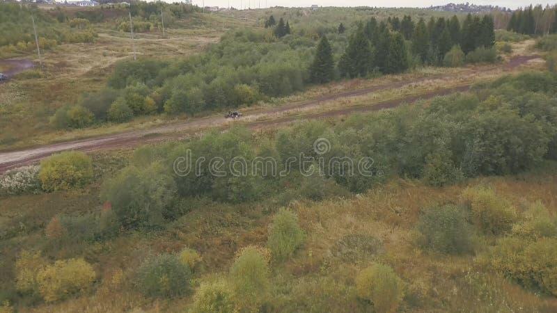 Motorsport estremo di SUVs che guida sulla strada campestre clip La vista superiore della pista di corsa per SUVs in foresta SUV  fotografia stock libera da diritti