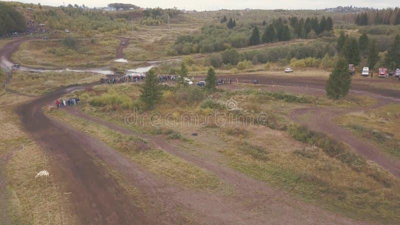 Motorsport extremo de SUVs que conduz na estrada secundária grampo Vista superior do autódromo para SUVs na floresta imagens de stock